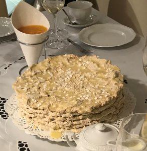 Tort makowo-marcepanowy z sosem mandarynkowym